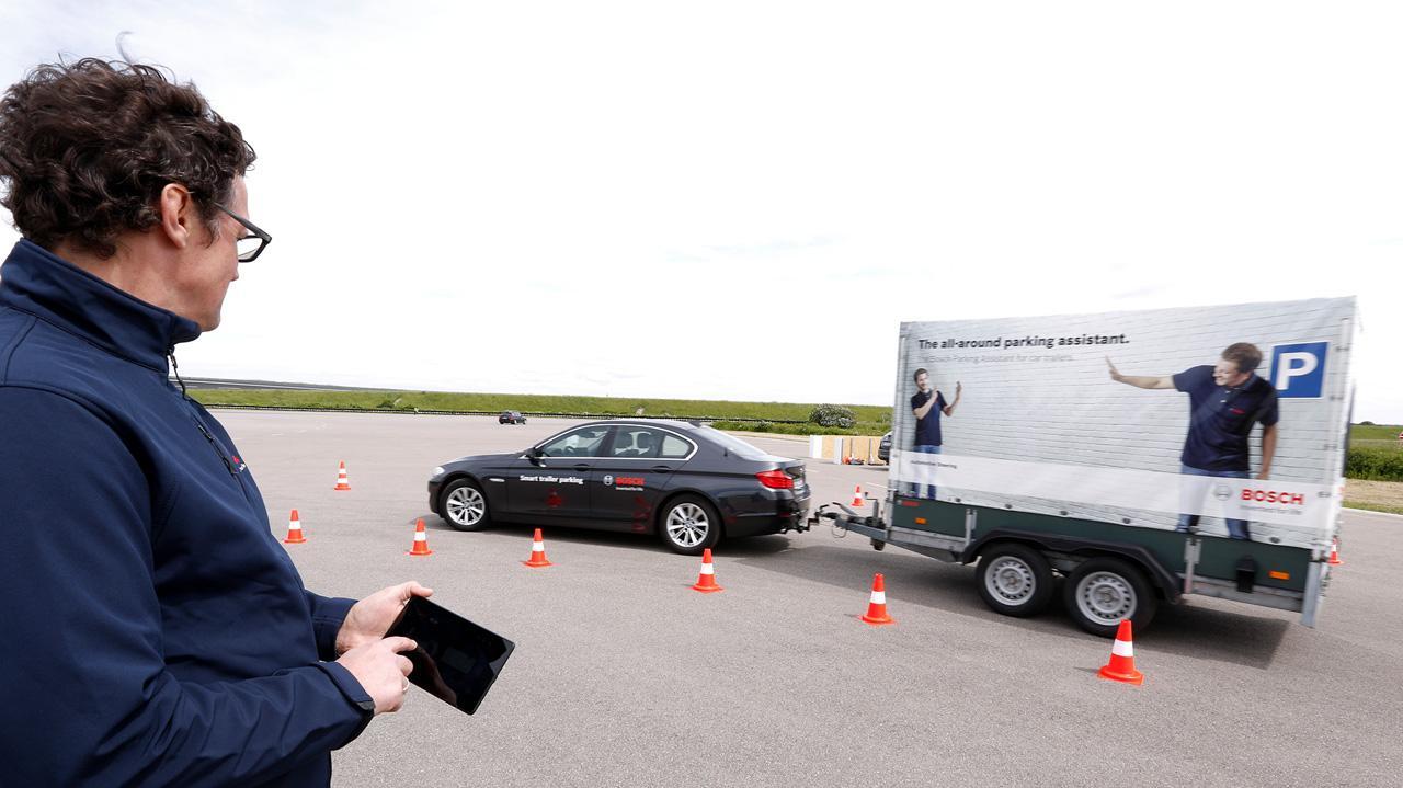 Applikációval irányítani egy utánfutóval parkoló járművet? Ez mára már nem sci-fi, hanem a valóság