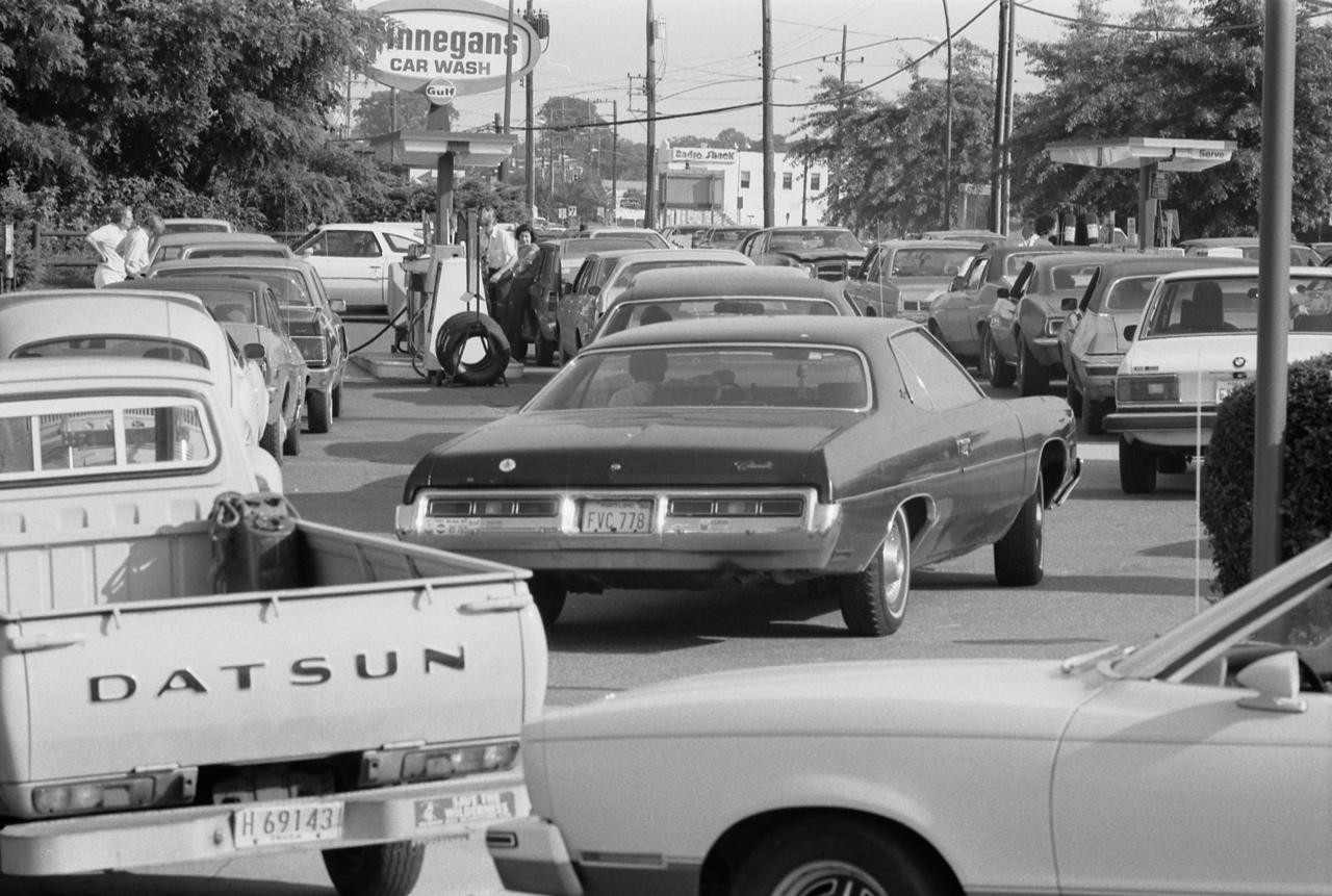 Az 1979-es olajválság idején sorban állnak az üzemanyagért egy amerikai benzinkúton. Nagy változás előtt állt az autóipar