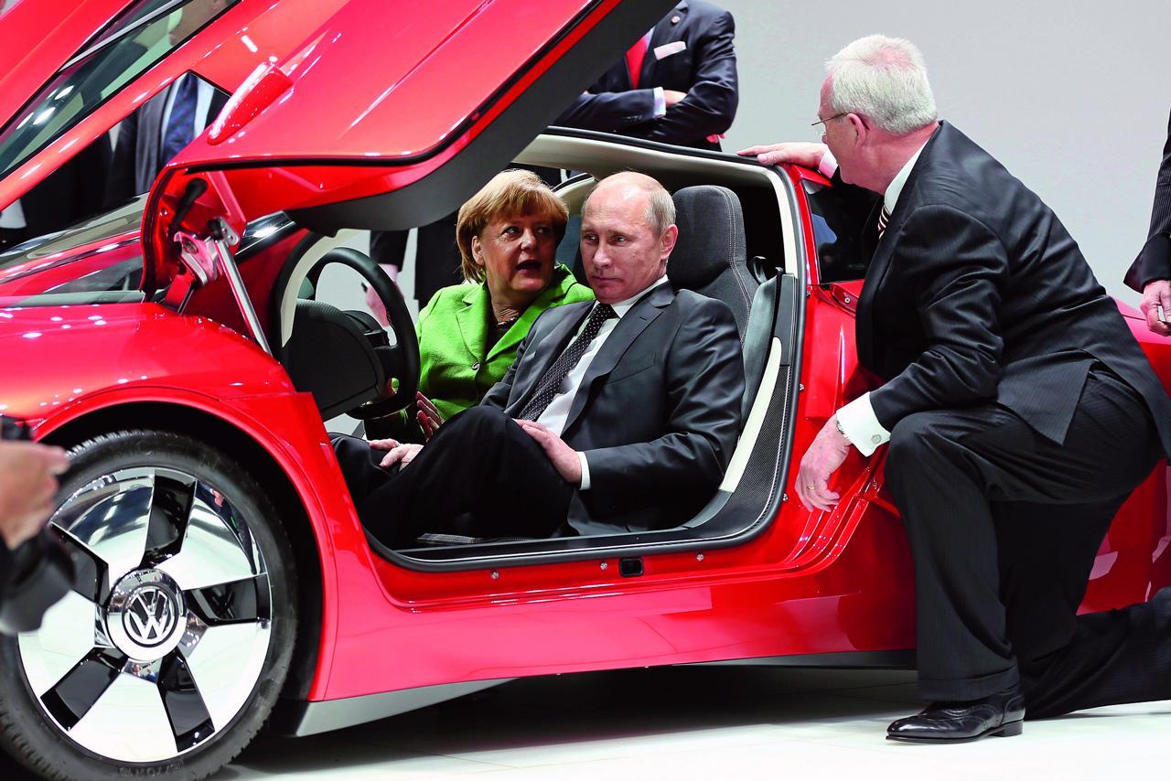 Angela Merkel egy Volkswagen XL1-ben mutatta be Vladimir Putinnak, hogy mire képes a német ipar