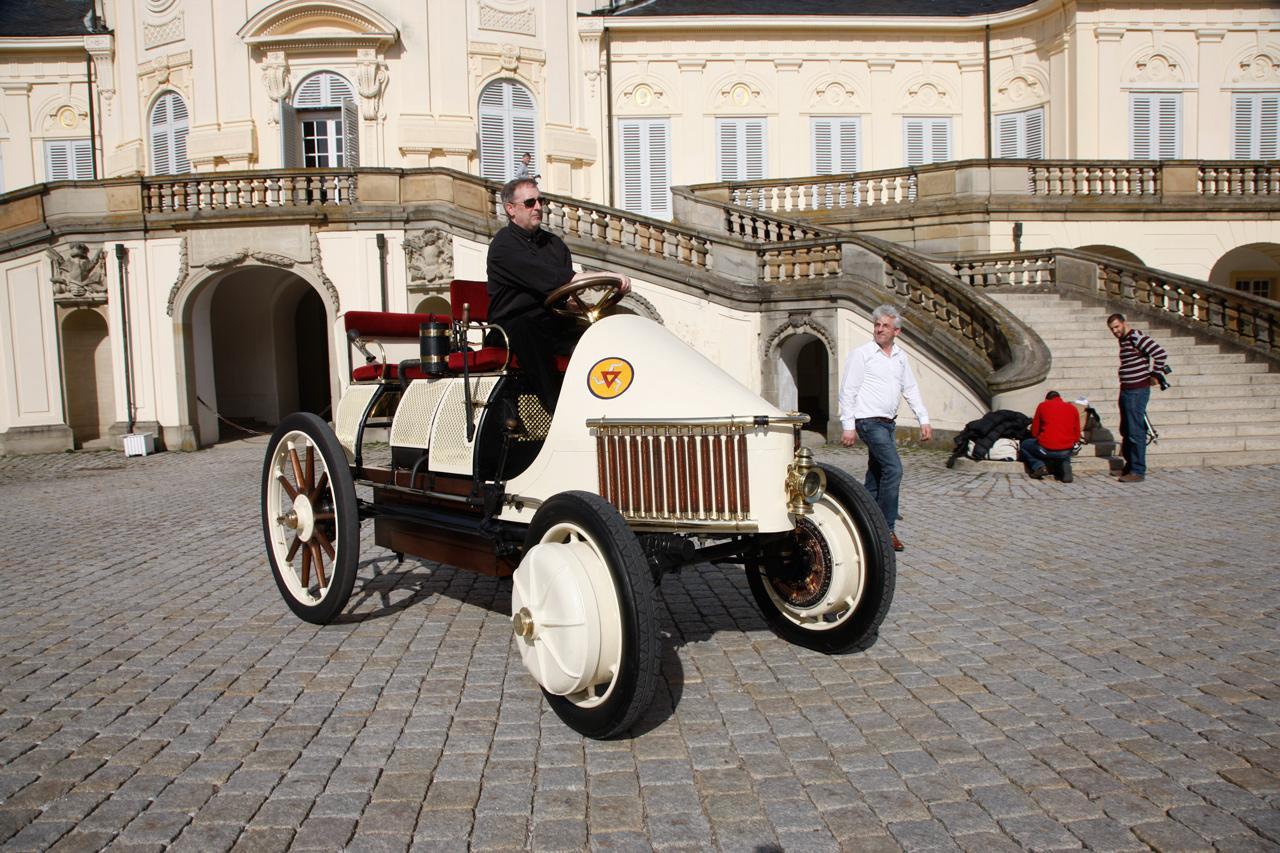 Egy több mint 100 éves elektromos autó a Solitude-kastély előtt rendezett bemutatón, nem messze a Bosch székházától