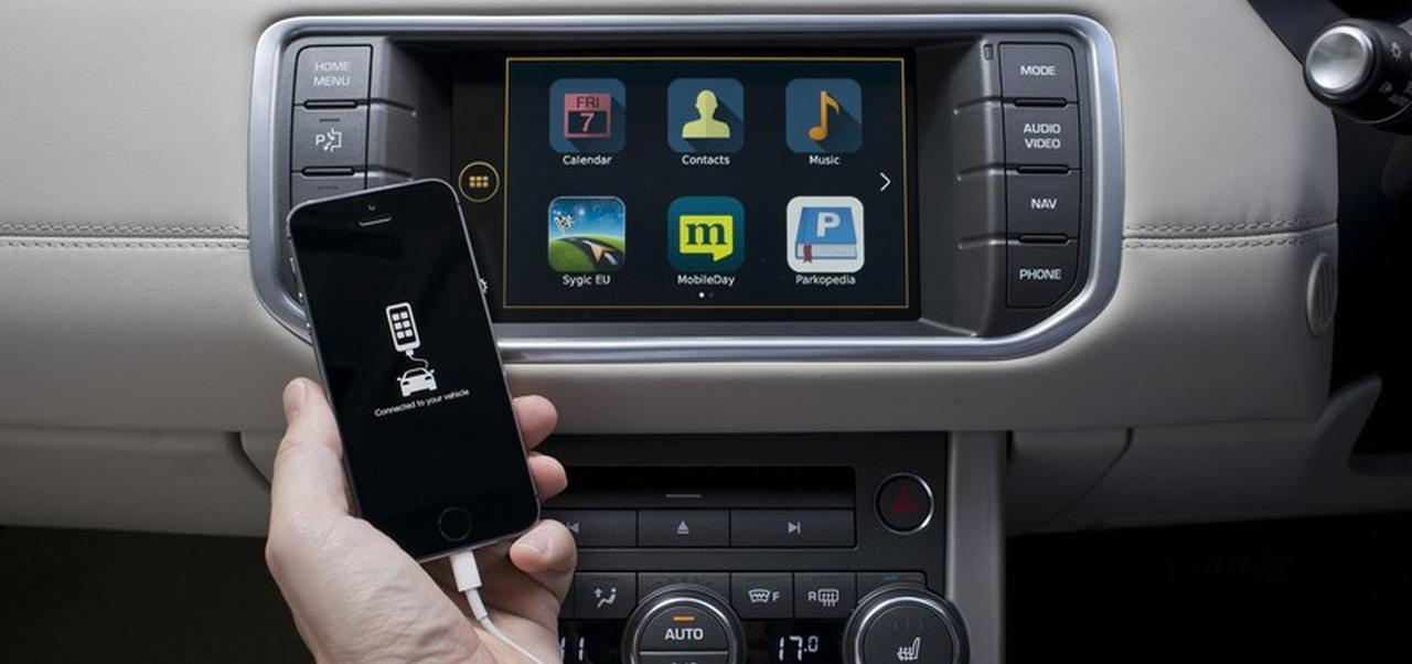 Csatlakoztatás után a jármű kijelzőjén kel életre a telefon
