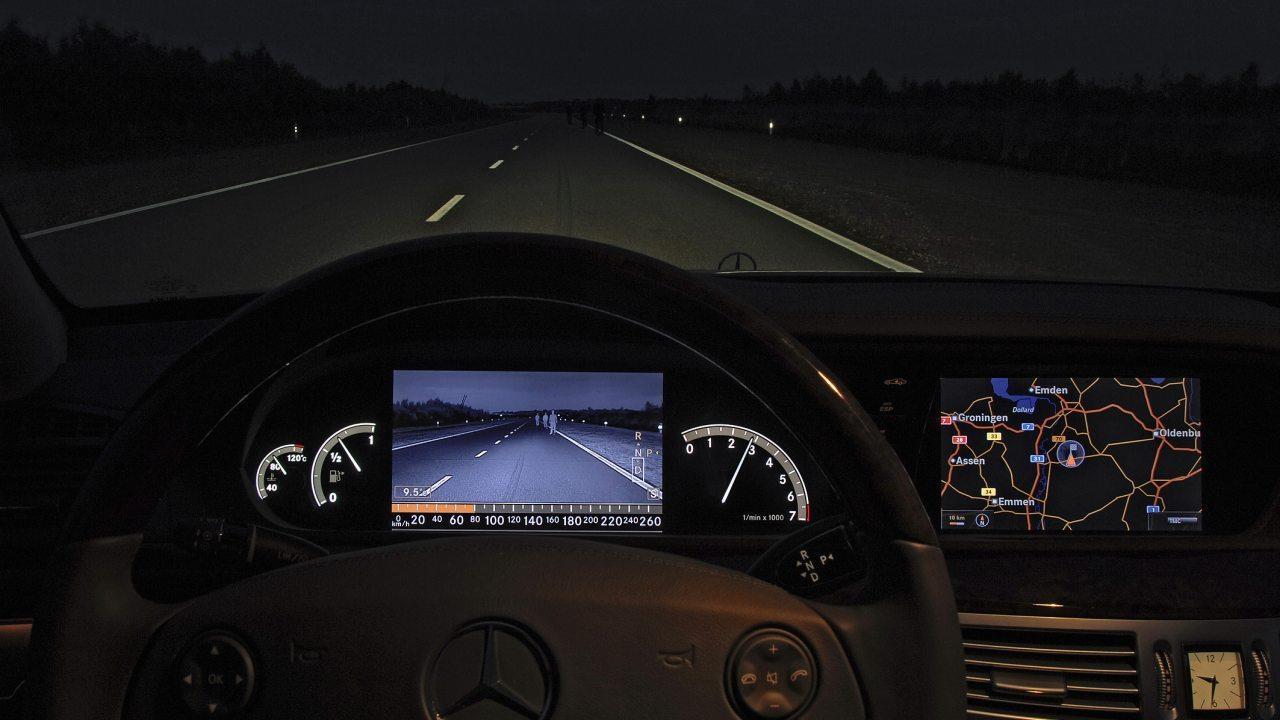 Az akadályok időben észlelésében segít a Night Vision