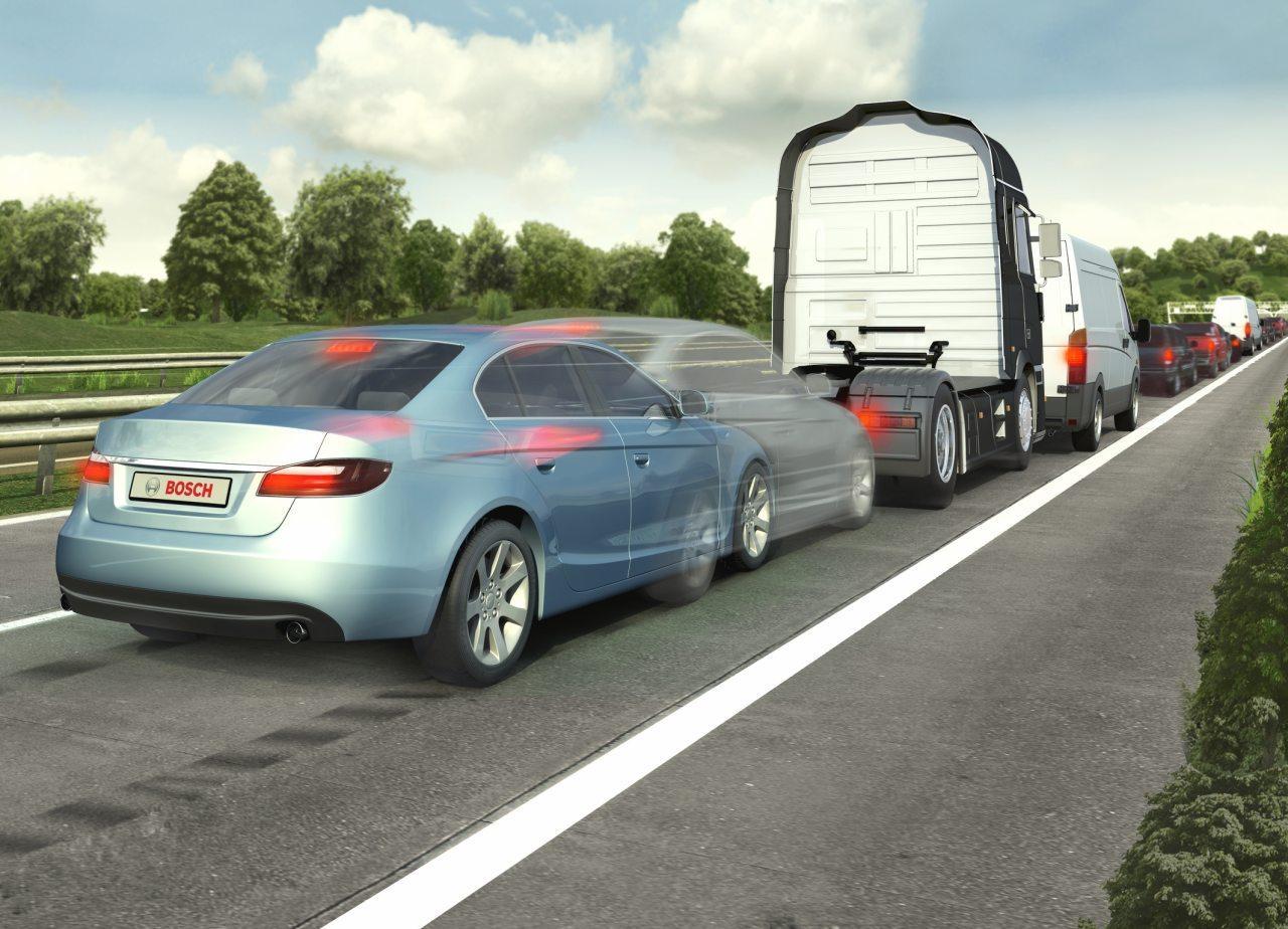 A ráfutásos balesetek megelőzésében segít az automatikus vészfékasszisztens