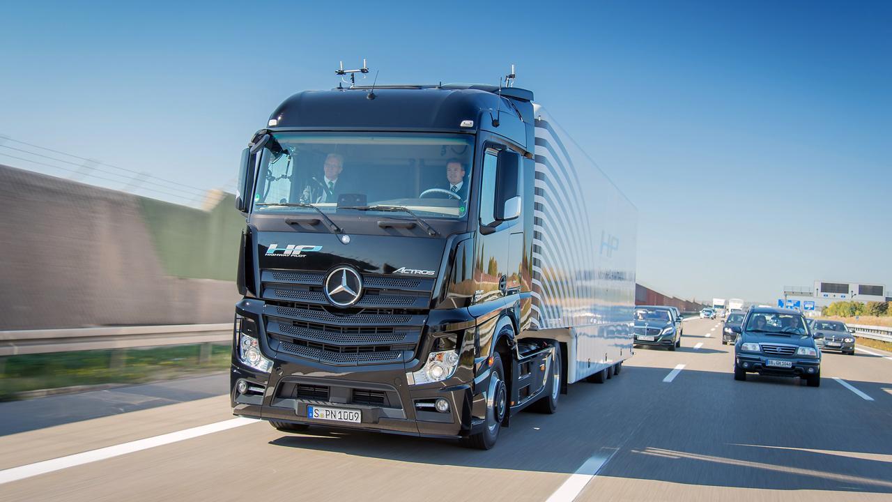 Az önvezető rendszerek már a kamionokban is valósággá váltak, ez az Actros szerelvény a vezető beavatkozása nélkül robog a német autópályán a forgalomban