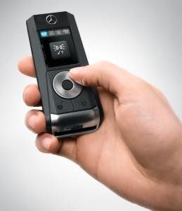 Luxusautók is megirigyelhetnék a Mercedes-Benz multifunkciós kulcsát, amelyről a jármű számos paramétere ellenőrizhető, illetve funkciója vezérelhető