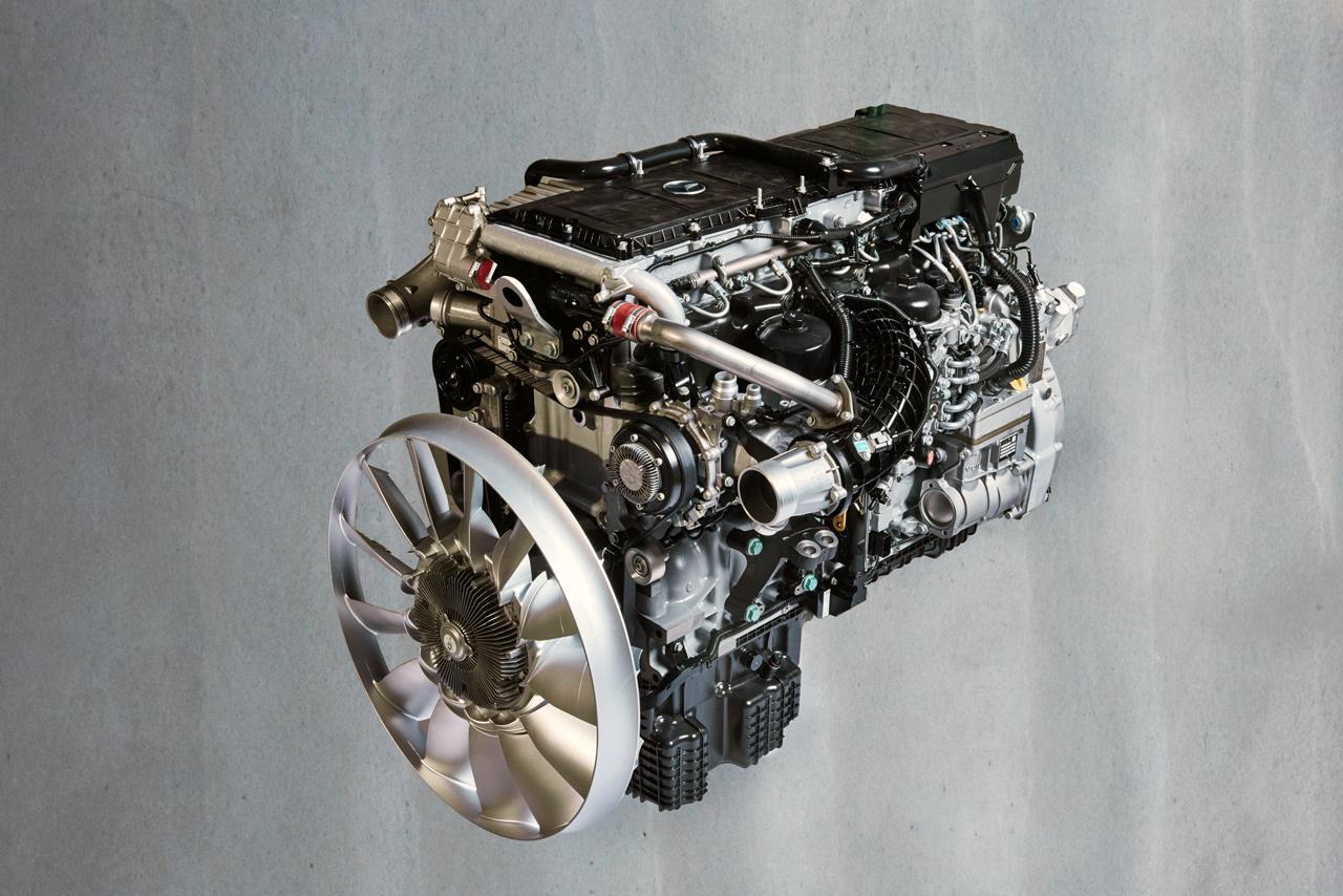 Íme, a Mercedes-Benz OM 471 típusú, soros, hathengeres, 12,8 literes dízelmotorja, amely jelenleg a legkorszerűbb teherautó-erőforrások egyike