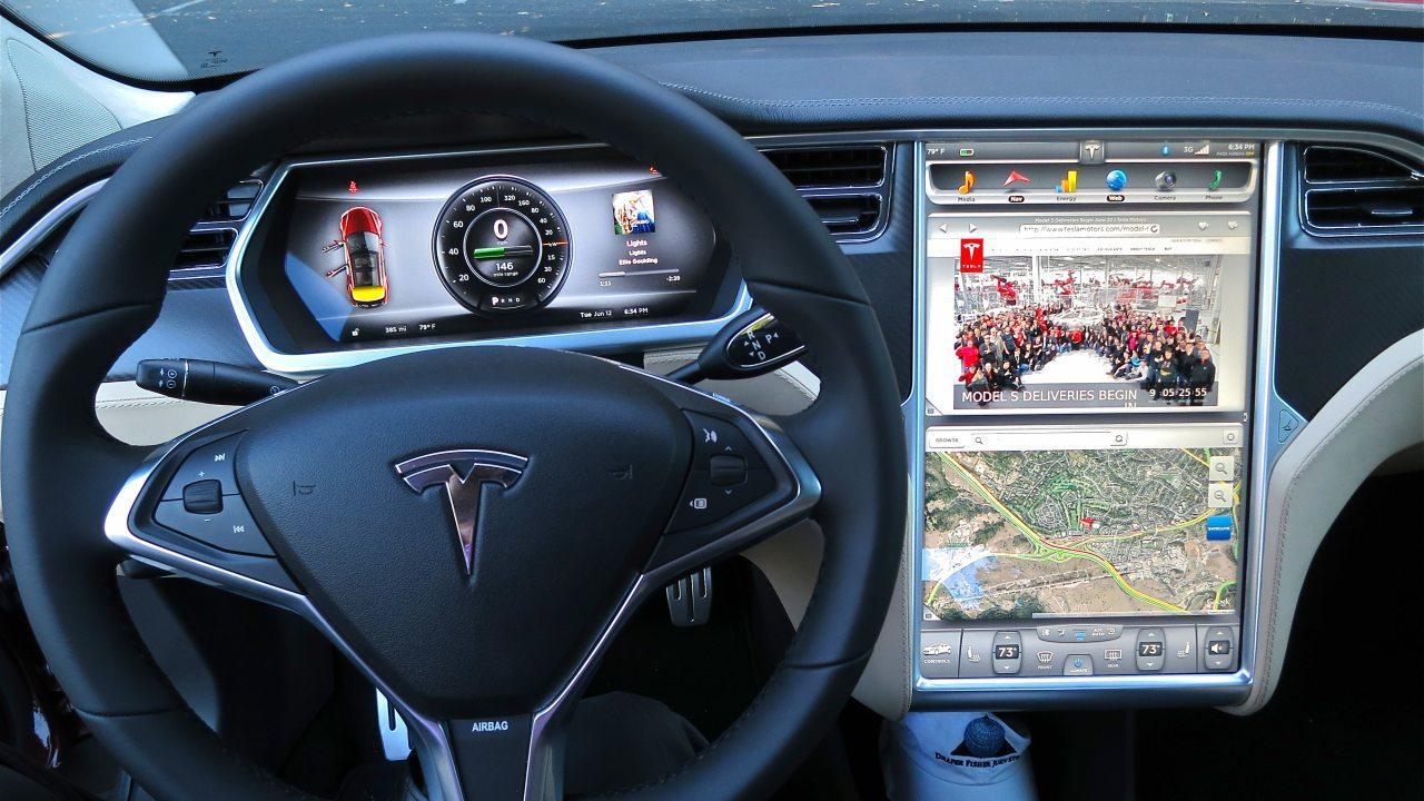 Óriás méretben költözött az okostelefon az autóba