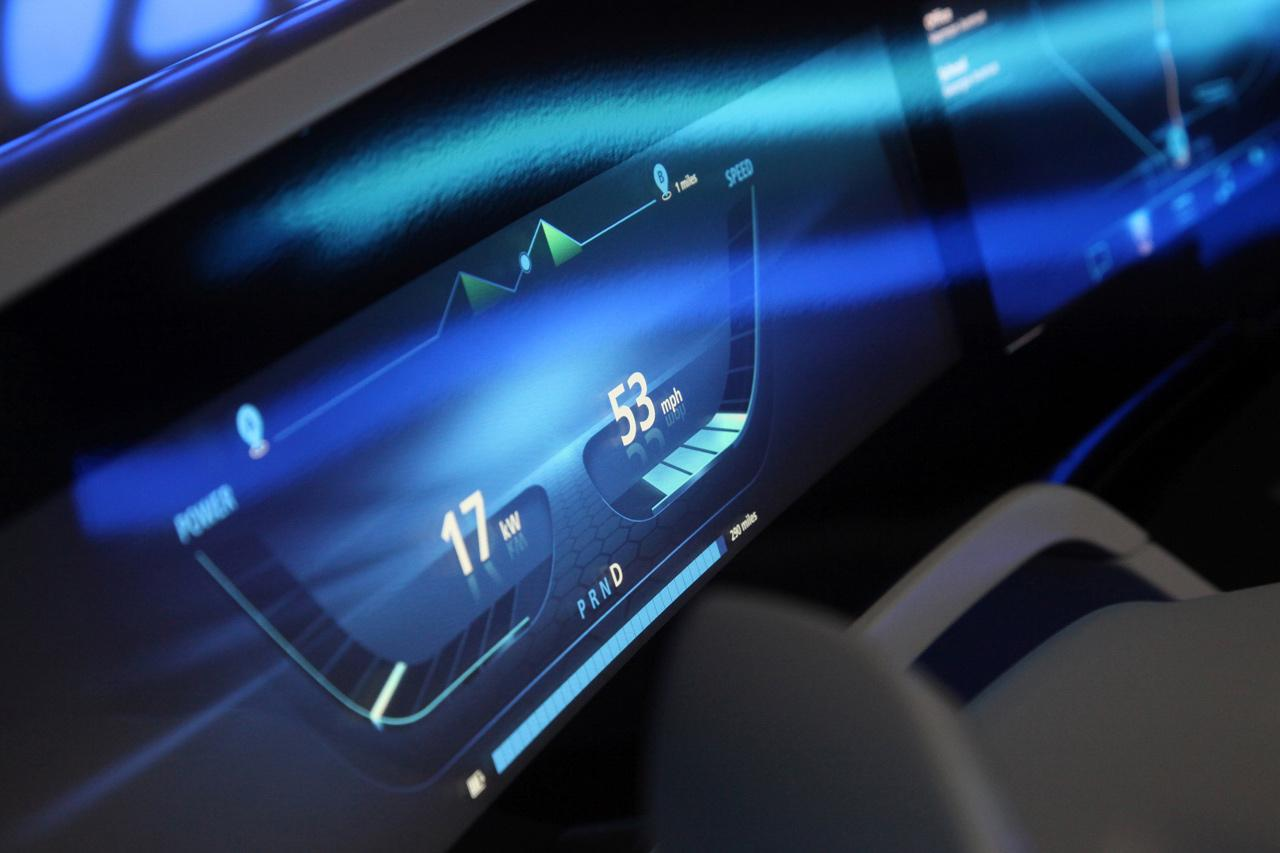 A tanulmányjárműben a legfrissebb kijelzőtechnológiák is helyet kaptak