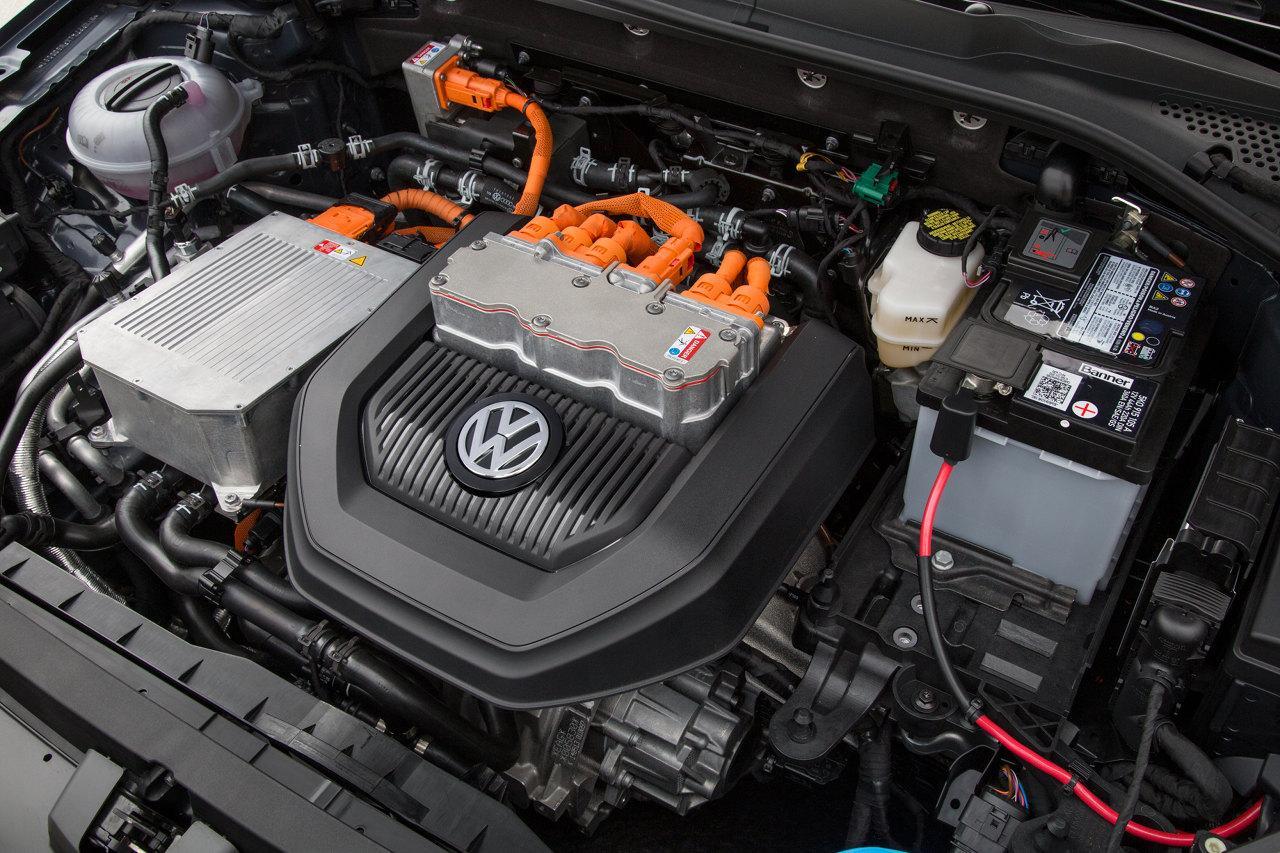 A fekete műanyag takaróelemből emelkedik az e-Golf lelke, a Bosch INVCON 2.3 teljesítményelektronika fémháza. Ez az egység felel a lítiumion akkumulátorban tárolt egyenáram átváltásáért, hiszen a villanymotor váltóárammal működik, illetve a fékezéssel nyert energia visszaalakításáért. Ennek hatékonysága az egész jármű gazdaságosságának alapja