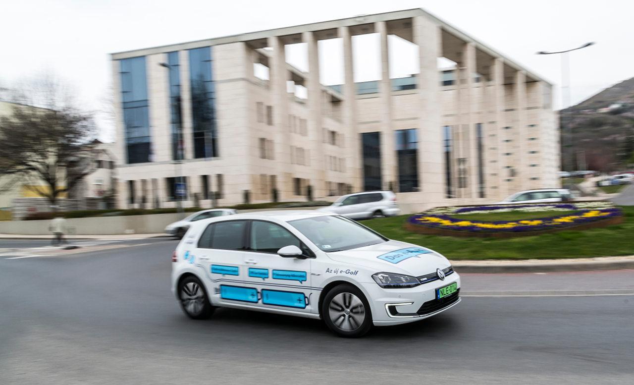 Az e-Golf 85 kilowatt (115 lóerő) teljesítményű villanymotorja városban mindenre bőven elég, álló helyzetből rendkívüli vehemenciával indul meg. Rugalmassága is példás, nincsen olyan sebesség, amelyről ne lenyűgöző dinamizmussal lendülne tovább szükség esetén
