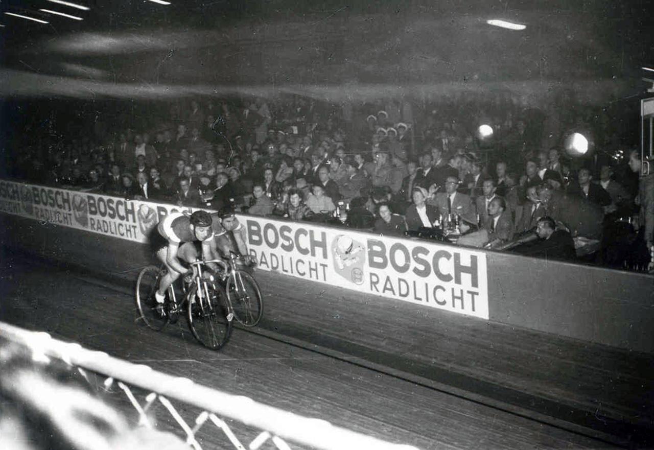 Egy kerékpárverseny 1955-ből, háttérben a Bosch hirdetése