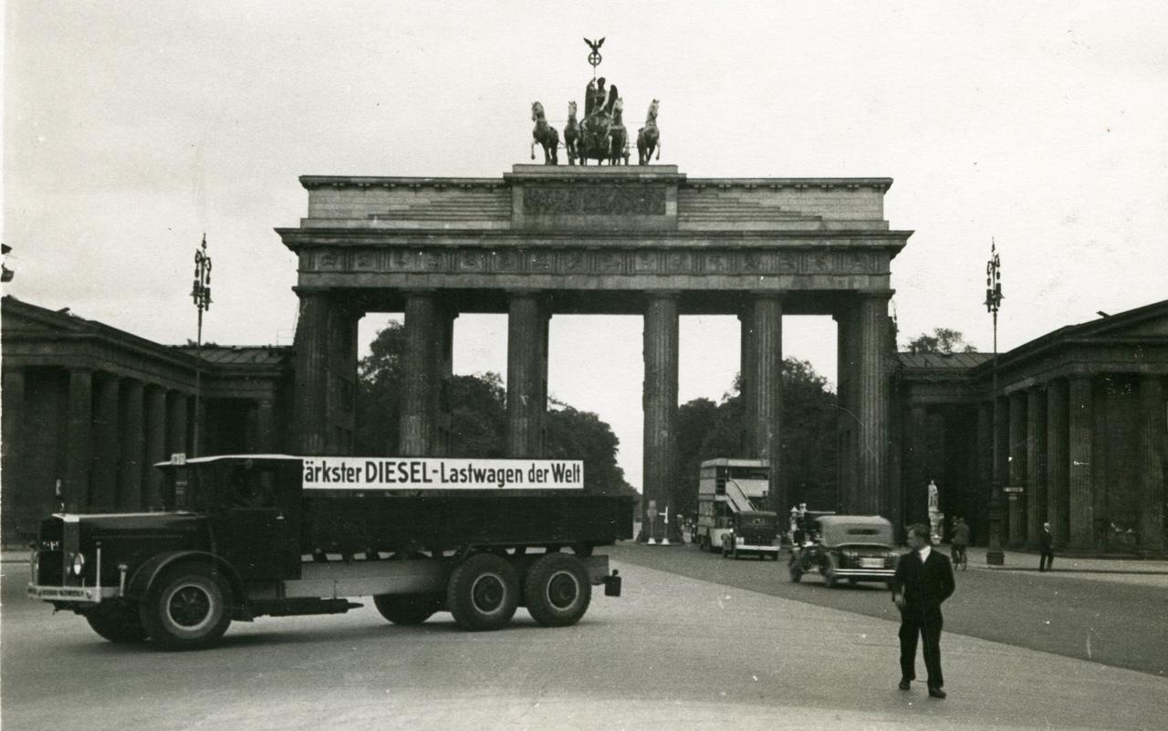 Büszkén áll a Brandenburgi kapu előtt korának legerősebb dízel tehergépjárműve 1932-ben