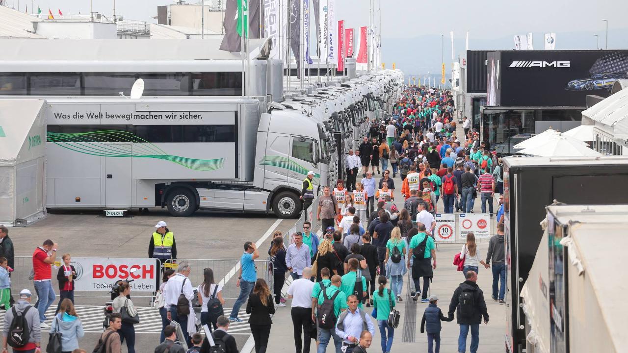 A DTM csapatok is az F1-ben látottakhoz hasonló kiszolgáló létesítményekkel érkeznek, a paddockban pedig szívesen osztogatnak aláírást a versenyzők