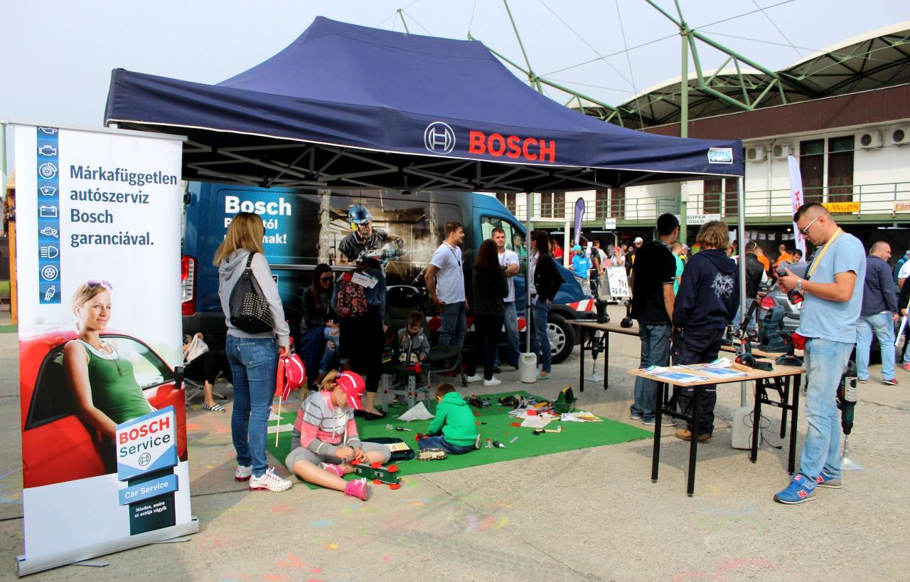 Két futam között a Bosch is várta az érdeklődőket a sátrainál