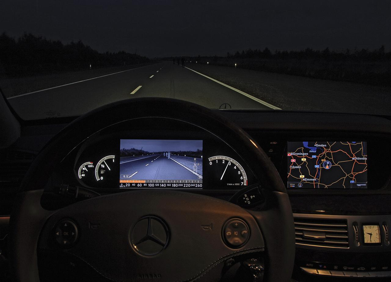 A videoérzékelők segítségével lépésről lépésre az automatizált vezetés is valósággá válik. Ez a 2004-es Bosch kísérleti jármű a gyalogosokat éjszaka is felismerő rendszer fejlesztésének korai stádiumát mutatja