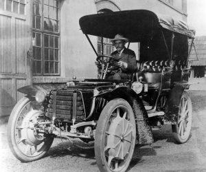 Ferdinand Porsche a világ egyik első hibrid járművében