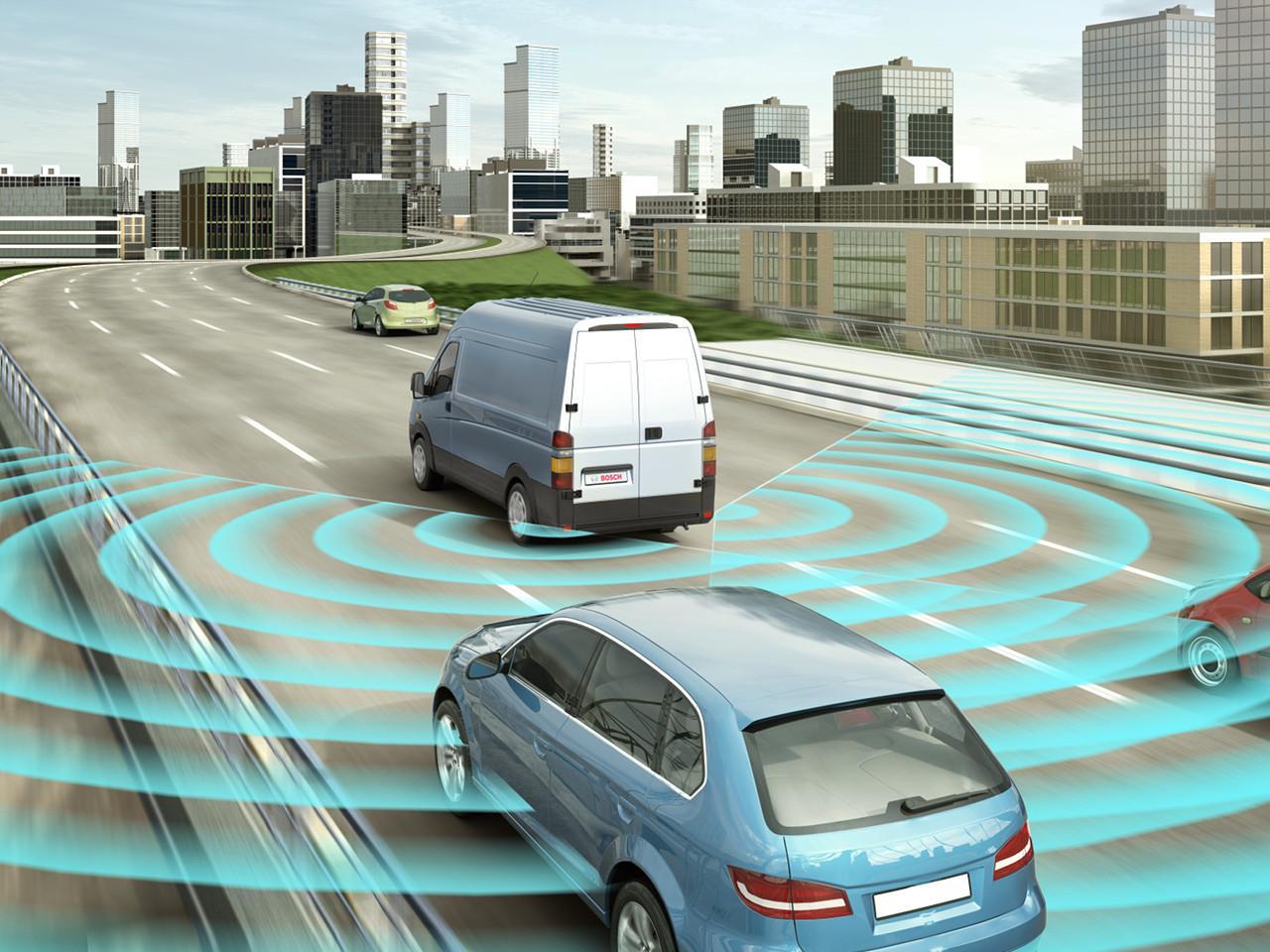 Az előrefelé figyelő radar lehetővé teszi az előrelátó vészfékrendszert, valamint a távolságtartó sebességszabályzót, míg a hátsó radar a jármű melletti és mögötti terület felügyeletével holttérfigyelőként funkcionál