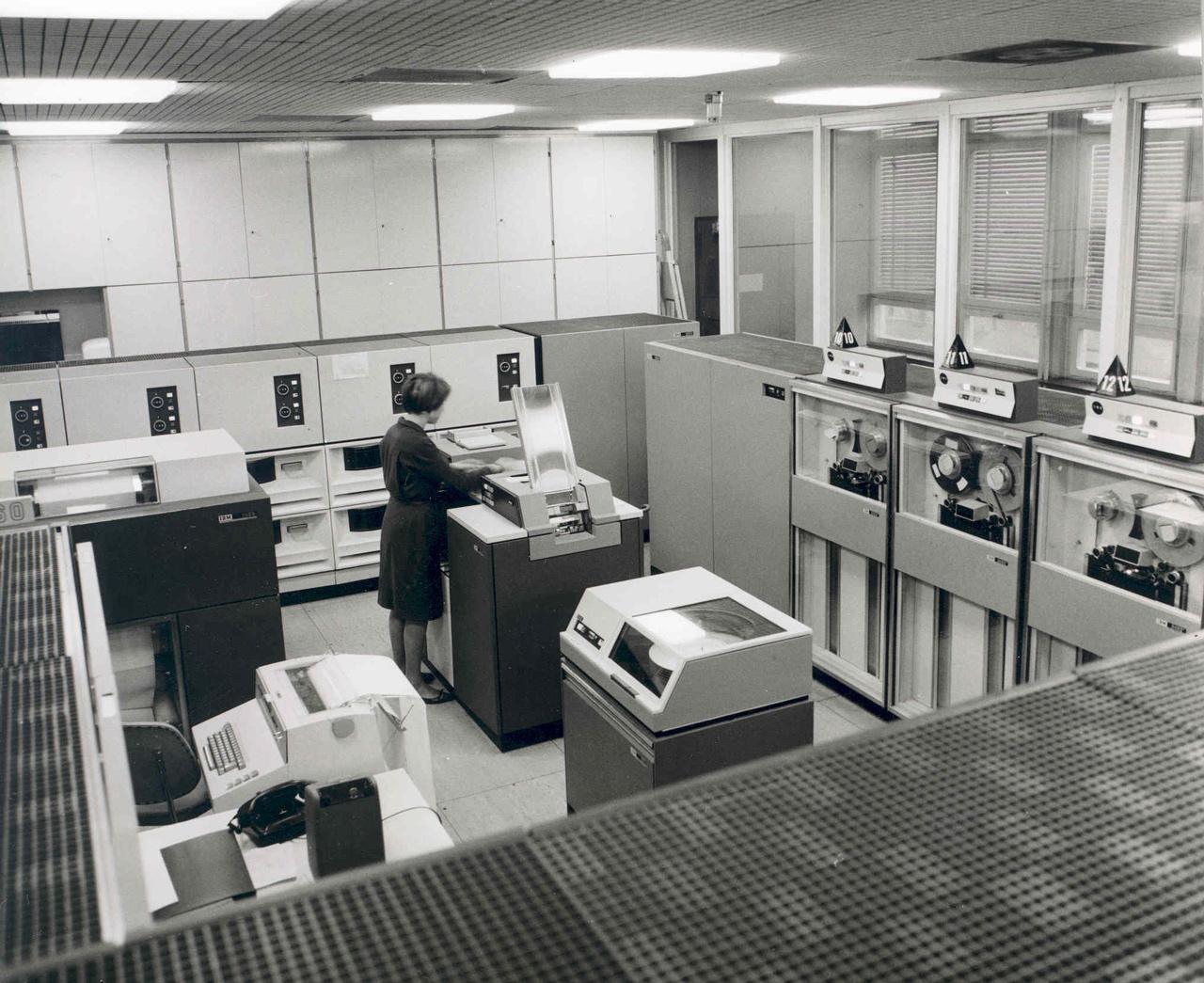 Az IBM 370 / 165 nagyszámítógép számítógépterme a Bosch feuerbachi (Németországi Szövetségi Köztársaság) telephelyén, 1971