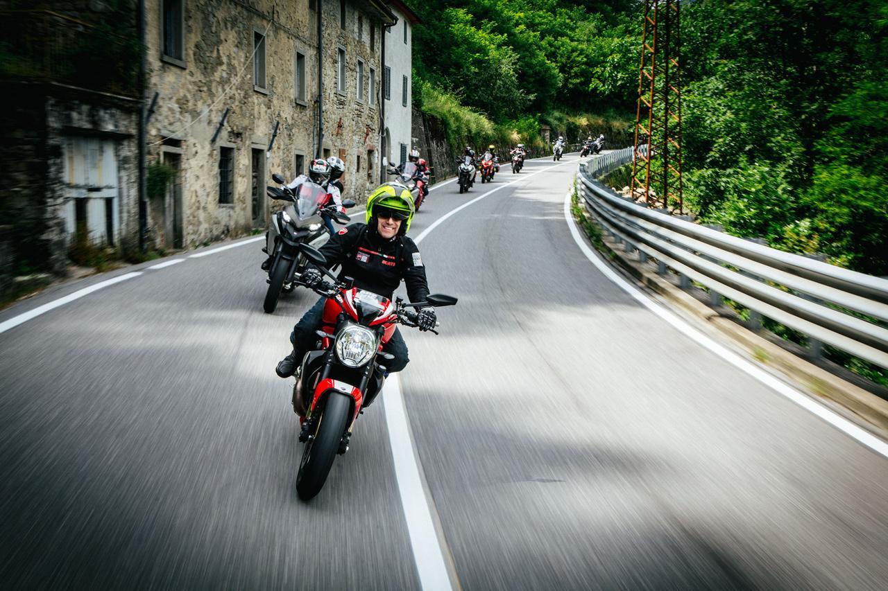 Forgalmas útszakaszokon, vagy akár közös motorozások alkalmával is jól jöhet a holttér figyelő rendszer