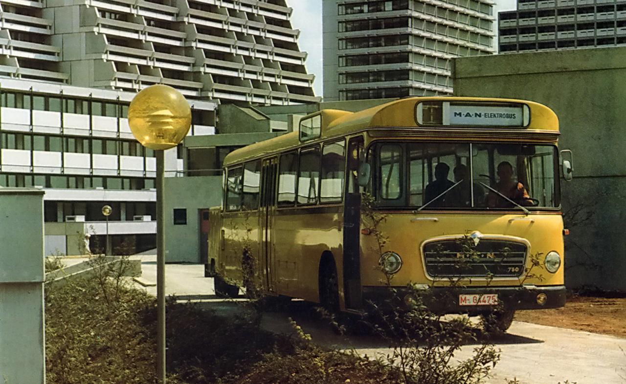 Elektromos busz várakozik a müncheni olimpiai faluban