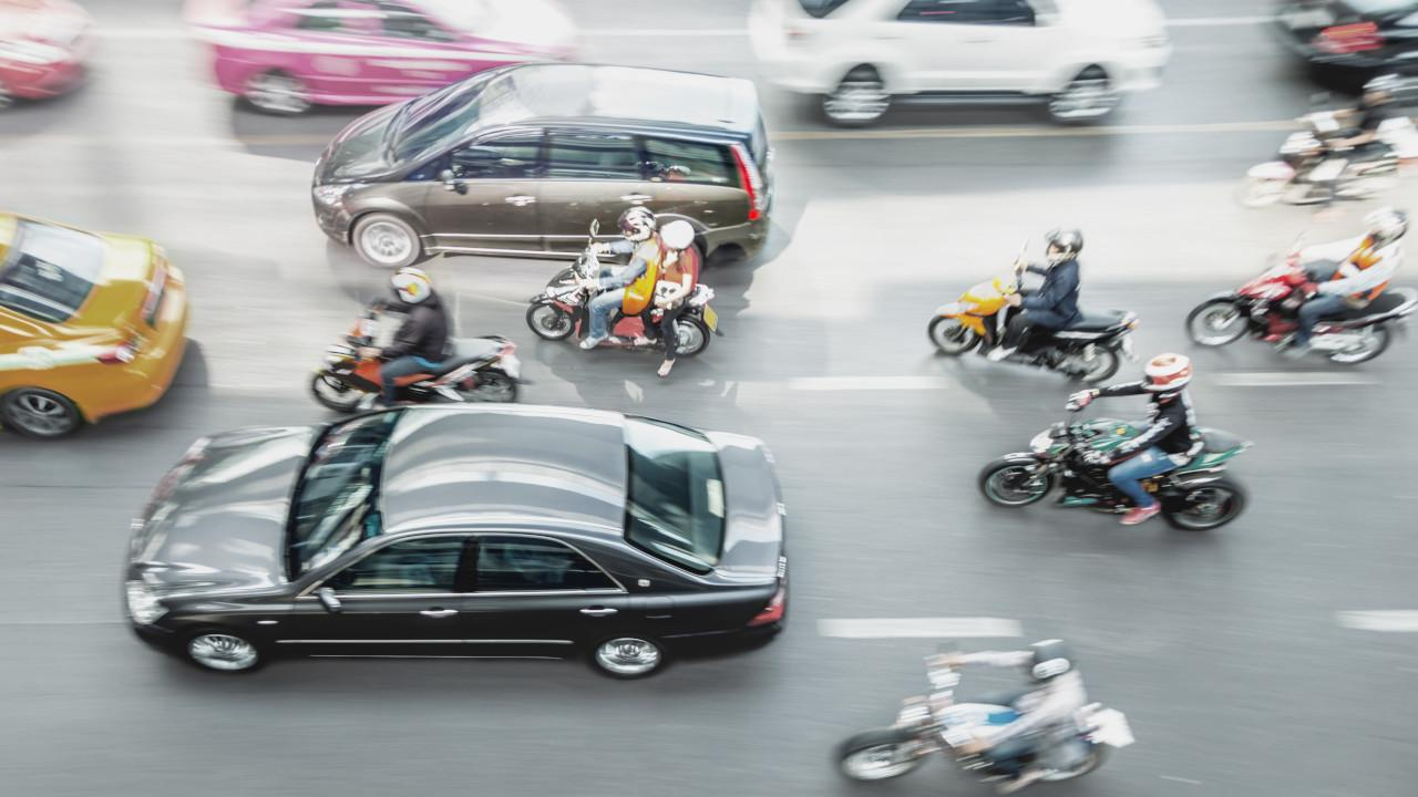 Nagy kihívás előtt állnak: a klasszikus motorkerékpárok törzsközönsége vészesen öregszik, muszáj megszólítani a fiatalabbakat, valamint meghódítani a fejlődő országok kisebb vásárlóerővel rendelkező, ám óriási piacait
