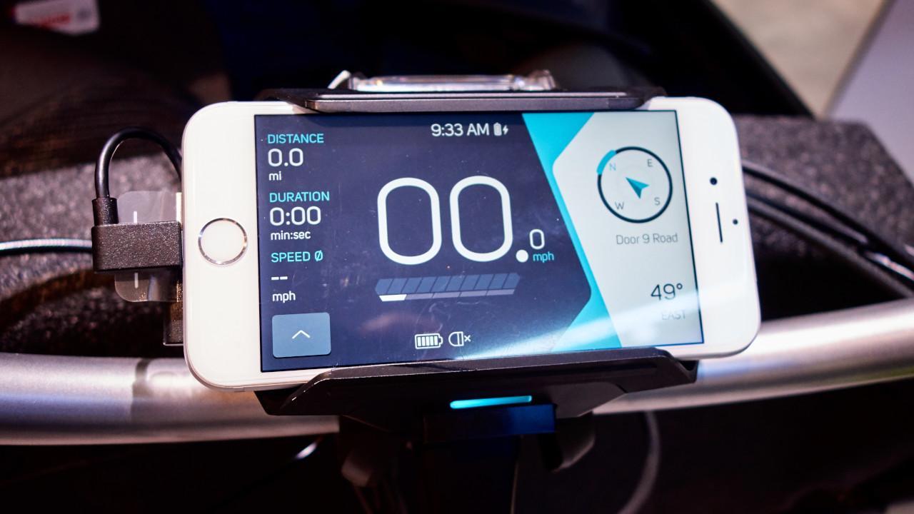 A felhasználó okostelefonját észlelve automatikusan feléled a riasztóként is funkcionáló Cobi, nem kell mindig manuálisan kapcsolódni