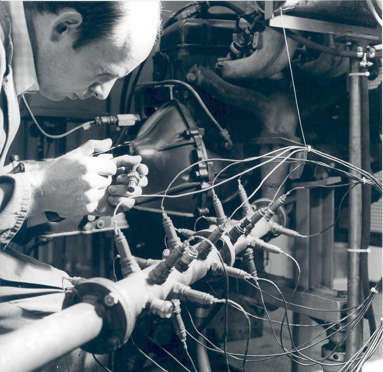 A Bosch mérnöke a schwieberdingen-i üzemben teszteli az oxigénszenzort