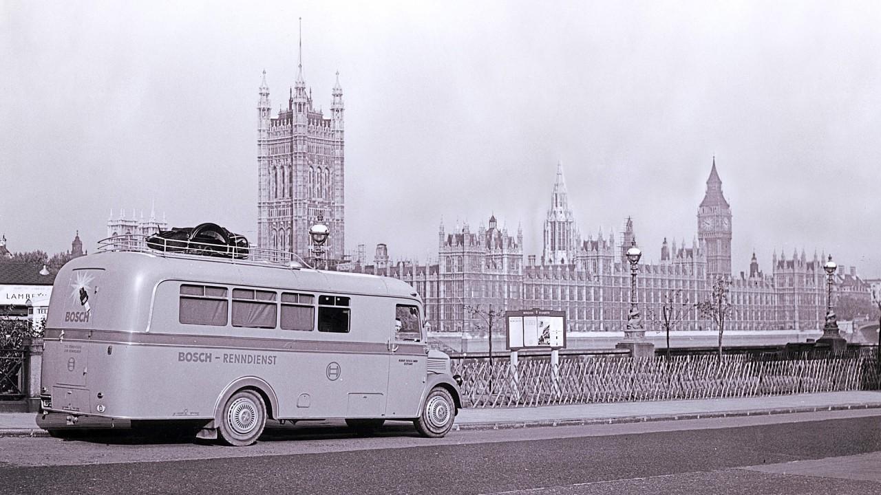 A Bosch 1938-tól kezdve átalakított furgonokkal járt a versenyekre, még Londonban is feltűntek a szervizkocsik.