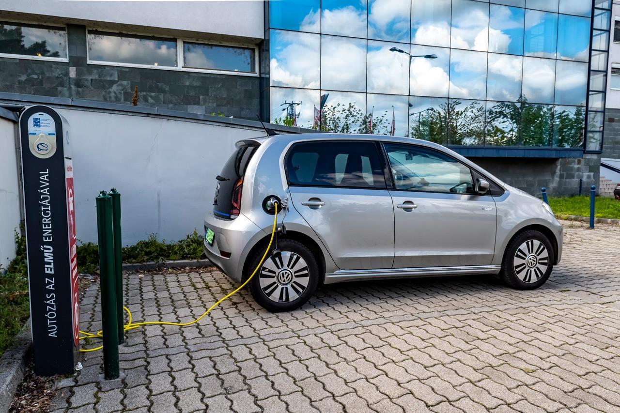 Parkolás közbeni tankolás, ez egyelőre kizárólag az elektromos autóknak járó privilégium