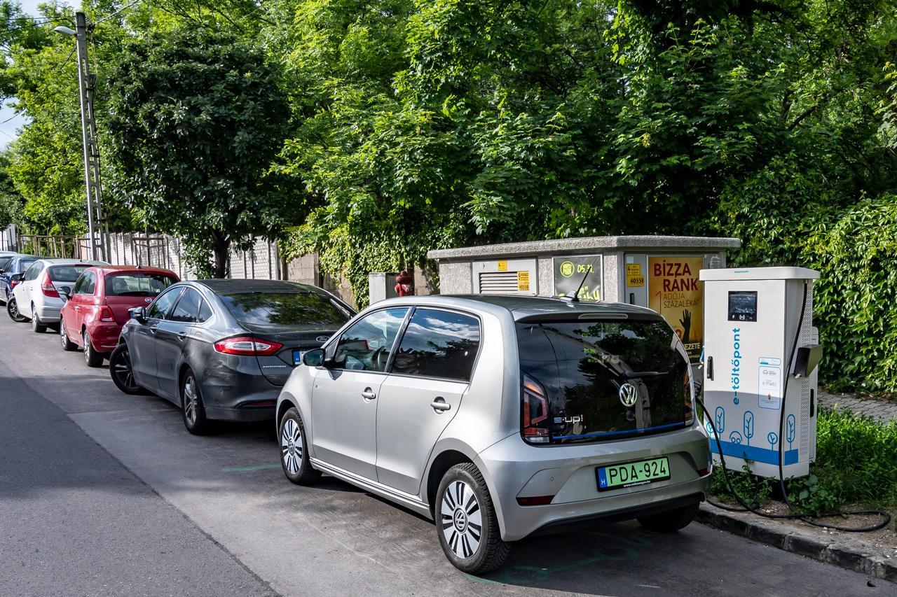 A gyorstöltő jelentősen lerövidíti a tankolási időt, a kulturált elektromos autózáshoz azonban az is hozzátartozik, hogy csak addig foglaljunk egy töltőt amíg az feltétlenül szükséges