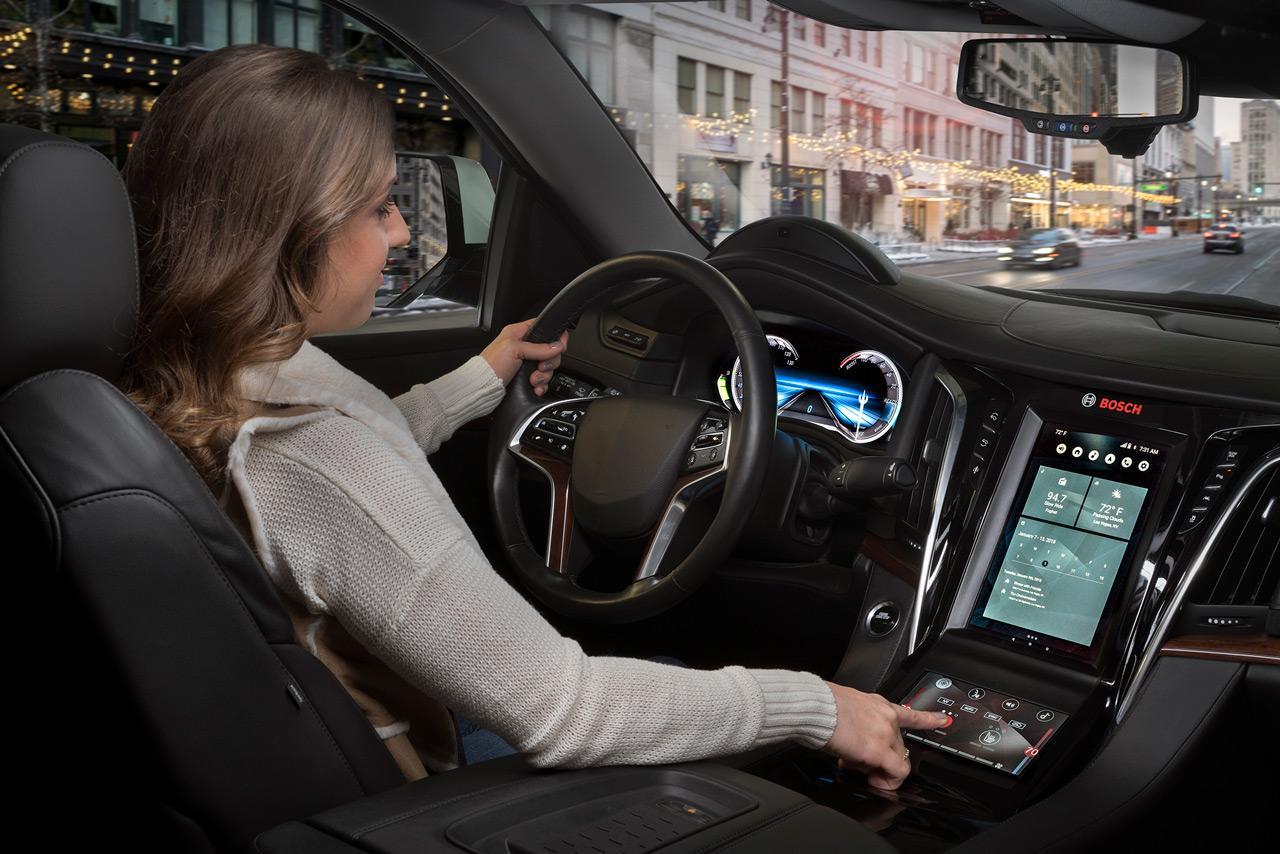 A jövő autójában egyre több kijelzőre kell odafigyelnünk, de az új technológiáknak köszönhetően ez nem jelent majd gondot