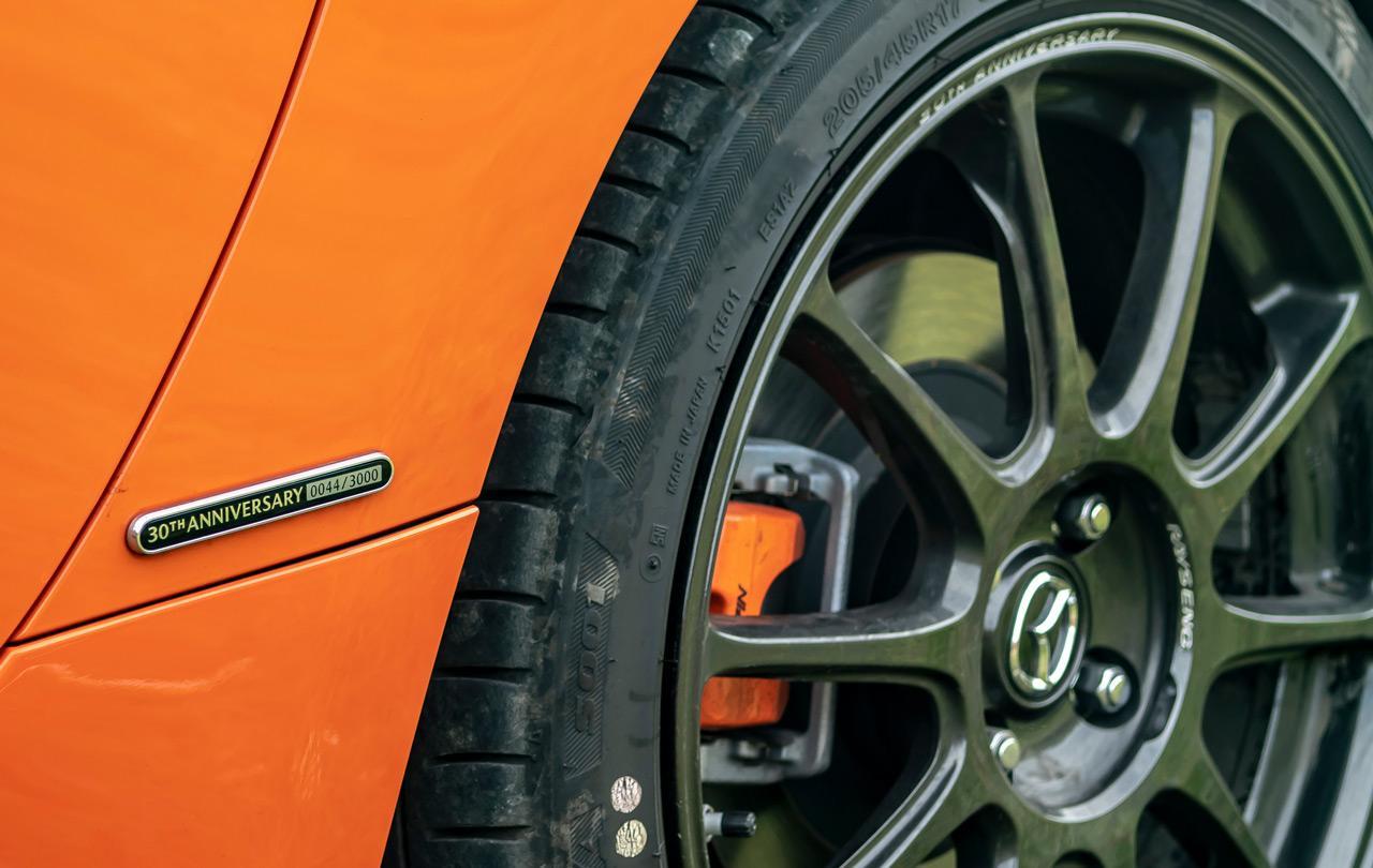 A bal hátsó kerékív előtt található a sorszámot igazoló plakett. A féknyergek az autó színében pompáznak!