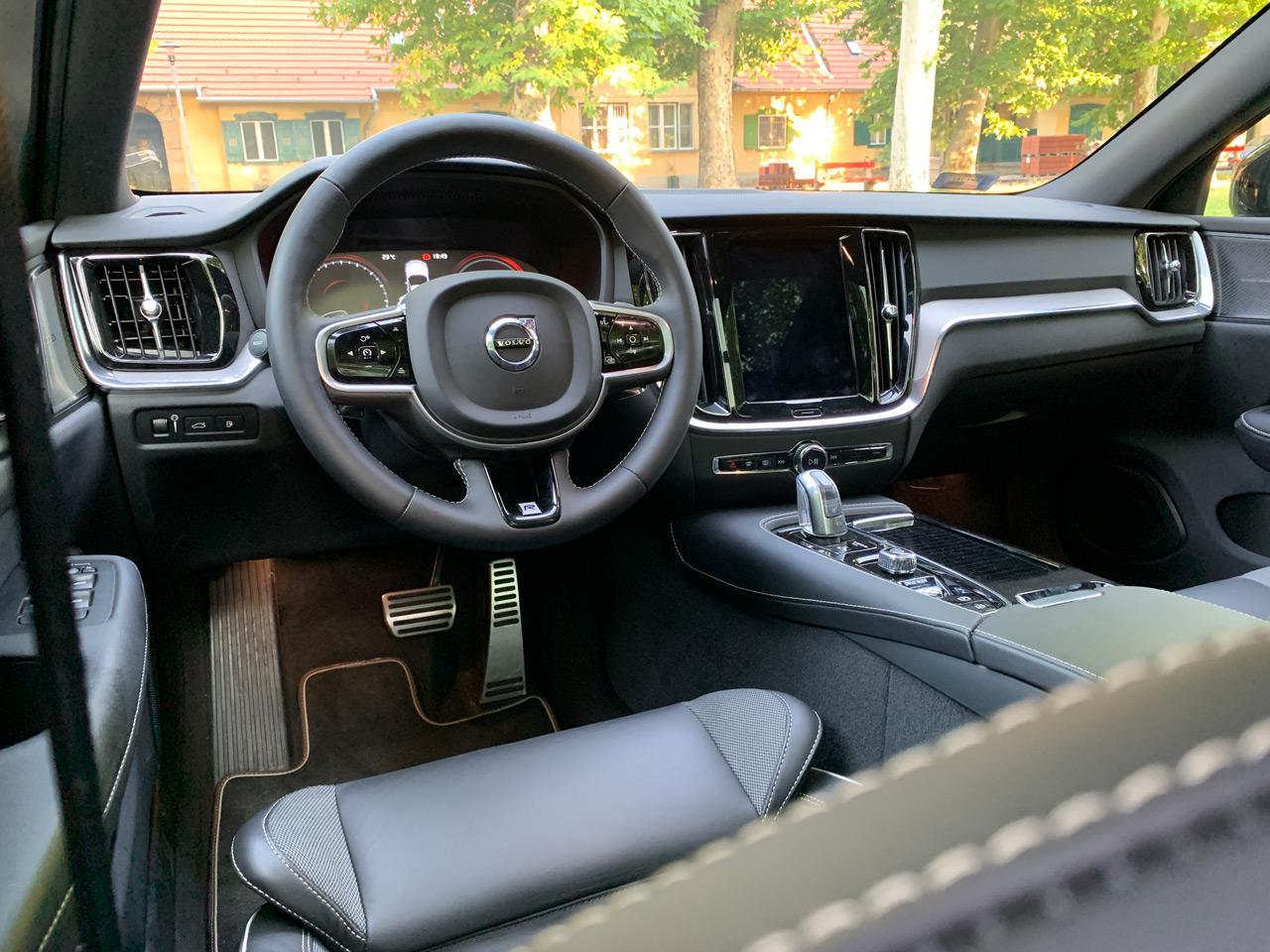 A Volvo V60 T8 Twin Engine belső tere a letisztult skandináv stílust tükrözi, hideg eleganciával és finom anyagokkal