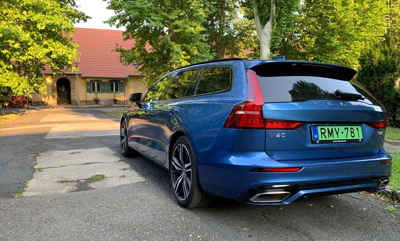 Bár a Volvo V60 T8 Twin Engine csodálatos kék színben tündökölt, a teszthét alatt magunk is meggyőződhettünk arról, hogy nemcsak a rendszáma zöld