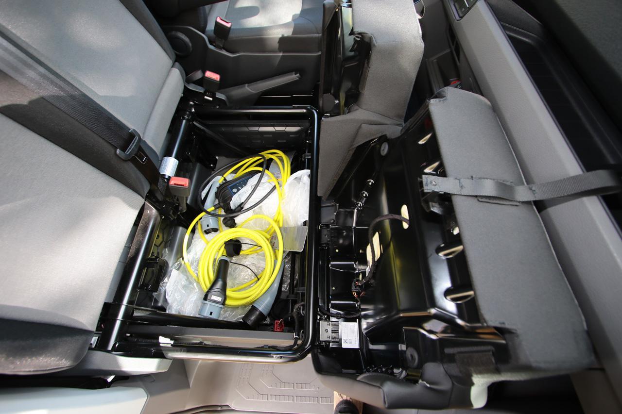 A kétszemélyes utasülés alatti tárolóban kényelmesen elfér a kétféle gyári töltőkábel