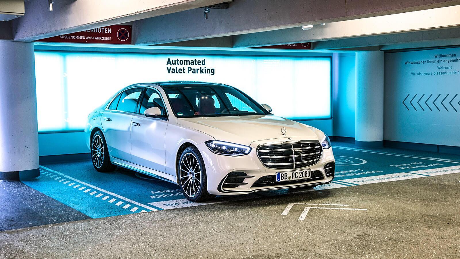 Újabb helyen parkolnak önállóan az autók