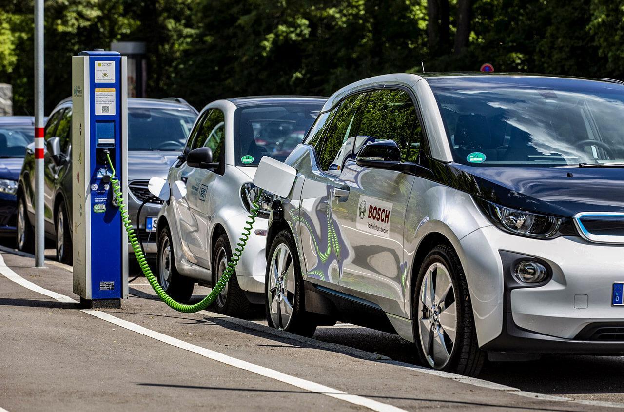 Elsősorban a városok légszennyezettségének mérséklésében tudnak segíteni az elektromos járművek