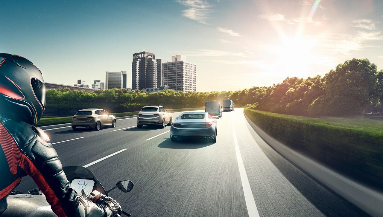 A motorkerékpárosok sokkal kiszolgáltatottabbak autós társaiknál