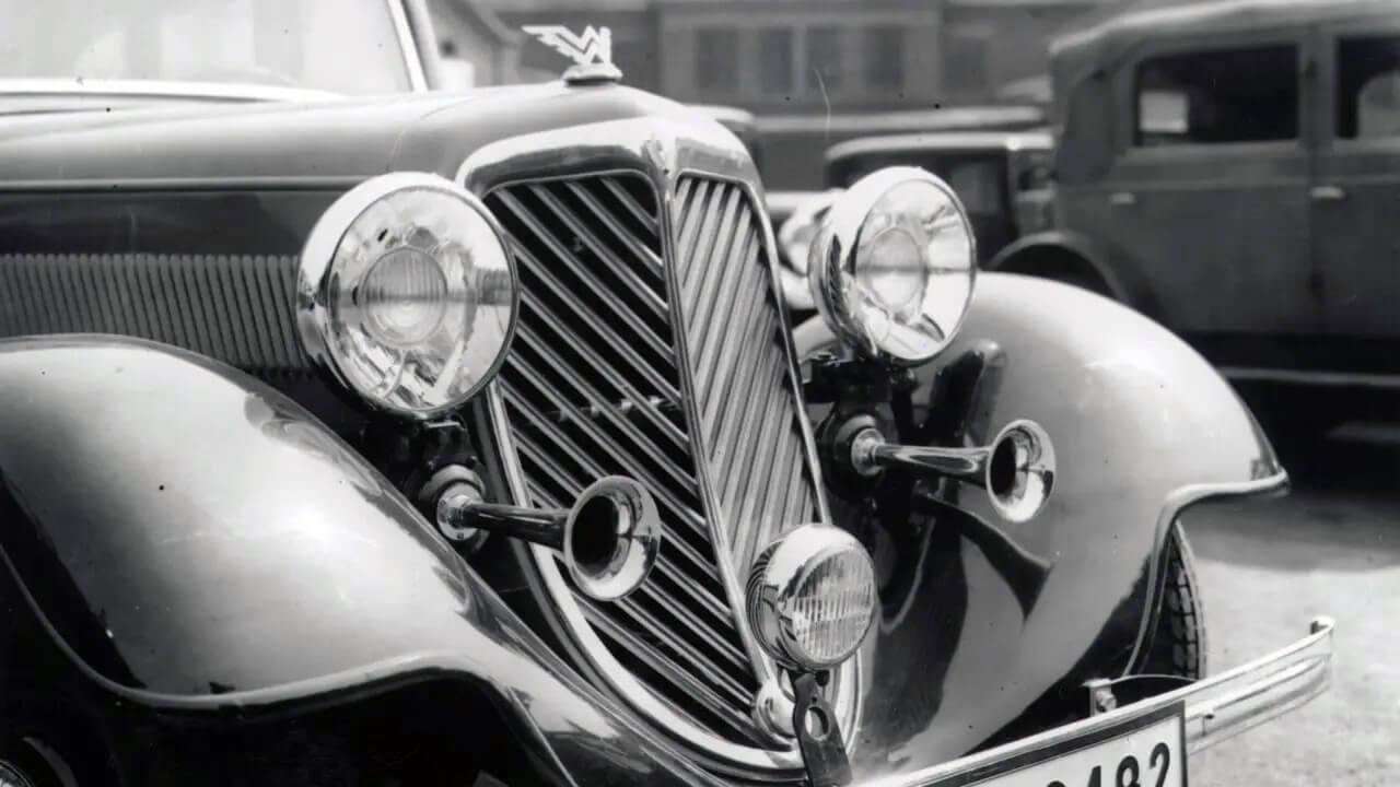 Az idő előrehaladtával jellegzetes kiegészítővé vált, amit az autógyártók egyre ízlésesebben építettek be