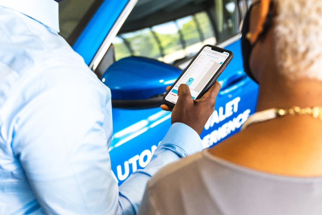 Az okostelefonos applikáció segítségével tudjuk indítani a parkolást és visszahívni az autónkat