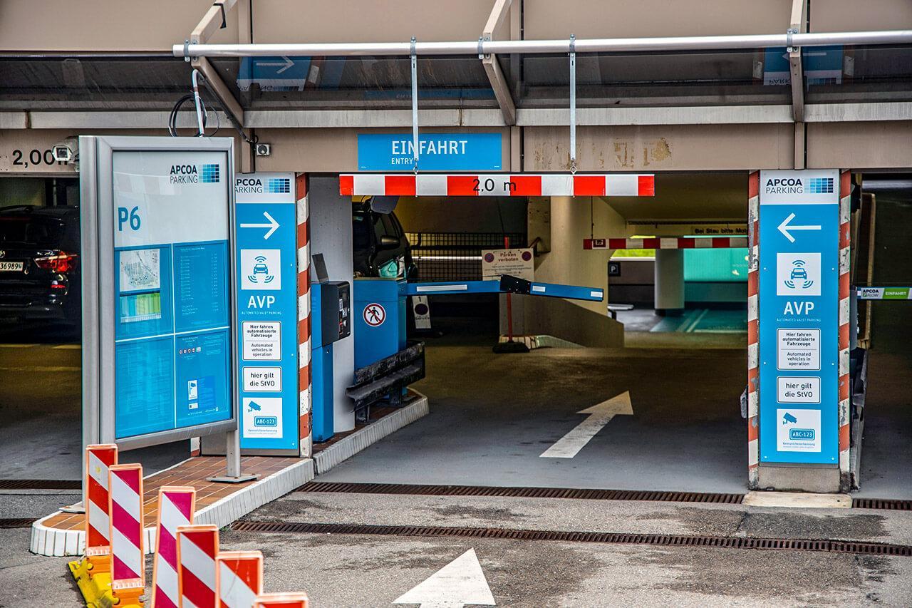 A bejáratánál figyelemfelhívó táblák jelzik, hogy önvezetőautó-barát a parkolóház